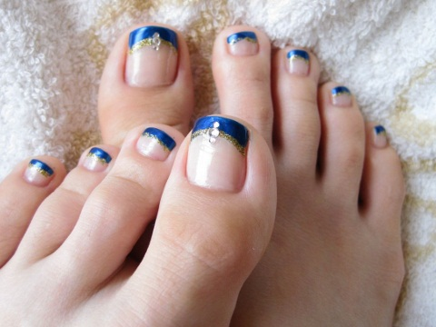 embedded_french_tip_pedi