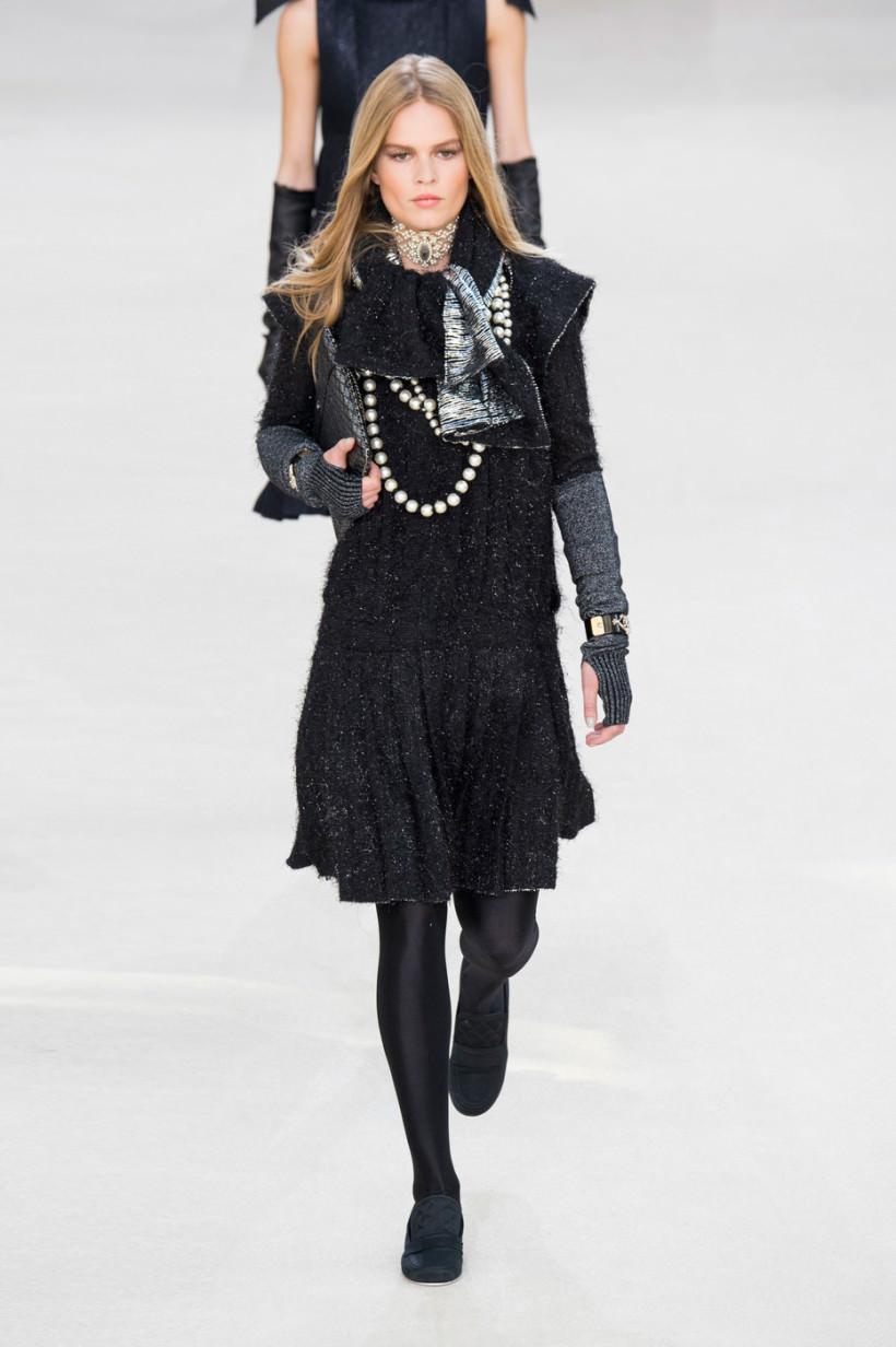 cfd03f49b5d А вот стильные платья осень-зима 2016 от Chanel сочетают сразу несколько  трендов — попробуйте перечислить