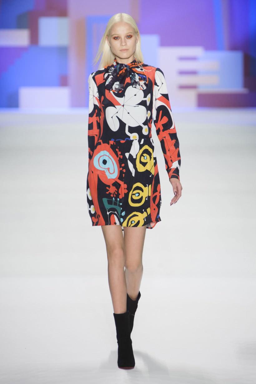 ce3d7ae4292 Неизменными для последних коллекций остаются вещи с отсылкой к 90-м с  крупными принтами и аппликациями. Модные короткие платья осень-зима 2016-2017  отличают ...